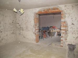 pohľad z obývačky do budúcej kuchyne