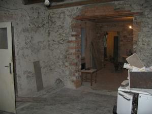 pohľad z jaskynnej kuchyne cez obývačku, chodbu, až do prednej izby (budúcej detskej)