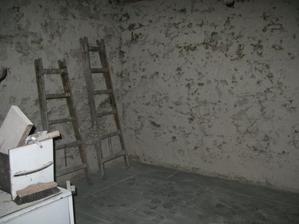 ďalší kuchynský kútik, tu ešte vybúrame dvere do komory.