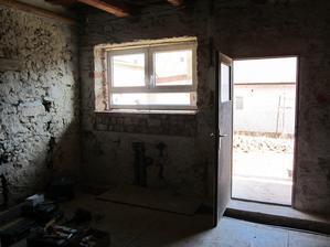 kuchyňa... okno sa zdá byť vysoko, ale podlaha sa bude ešte dvíhať o 15 cm a linku chceme 95ku