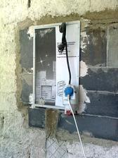 nevzhľadná elektrická opacha s množstvom káblov  sa zmenila na  veľmi dobre vyzerajúcu skrinôčku