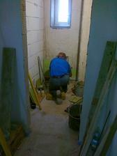 a moj najšikovnejší svokor v akcii! Obkladá wc, aby sme mohli zavesiť kotol.