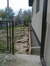aj múrik ako odbudol, tak aj naspäť pribudol...ale pekný a nie prerastaný burinou :)