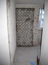 Jeden vchod zamurovaný...