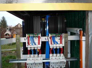 MPPT regulátory Tristar 60A. Do každého ide výkon z 12 panelov po 235W (4 stringy po 3 panely)