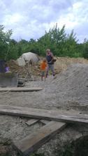 Dedko a môj pracovitý syn miešajú betón.