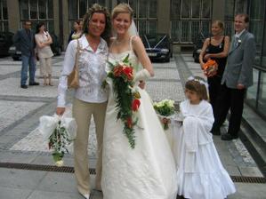 před rokem tedy 2004,tehdy jako svatební host a tam jsem taky chytla svatební kytici.Já vlevo(ale není to ta kytka co držím v ruce :-D)