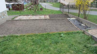 podzim 2012 - terásky dostávají novou funkci - 1.schůdek trávník, 2.schůdek trávník a po stranách záhony levandule a růží, 3.schůdek zelenina a bylinky a poslední, nejspodnější část je trávník a ovocné stromy - broskvoň, 2 meruňky a švestka
