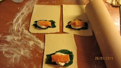 taštičky s listového těsta se špenátem, ricottou a lososem
