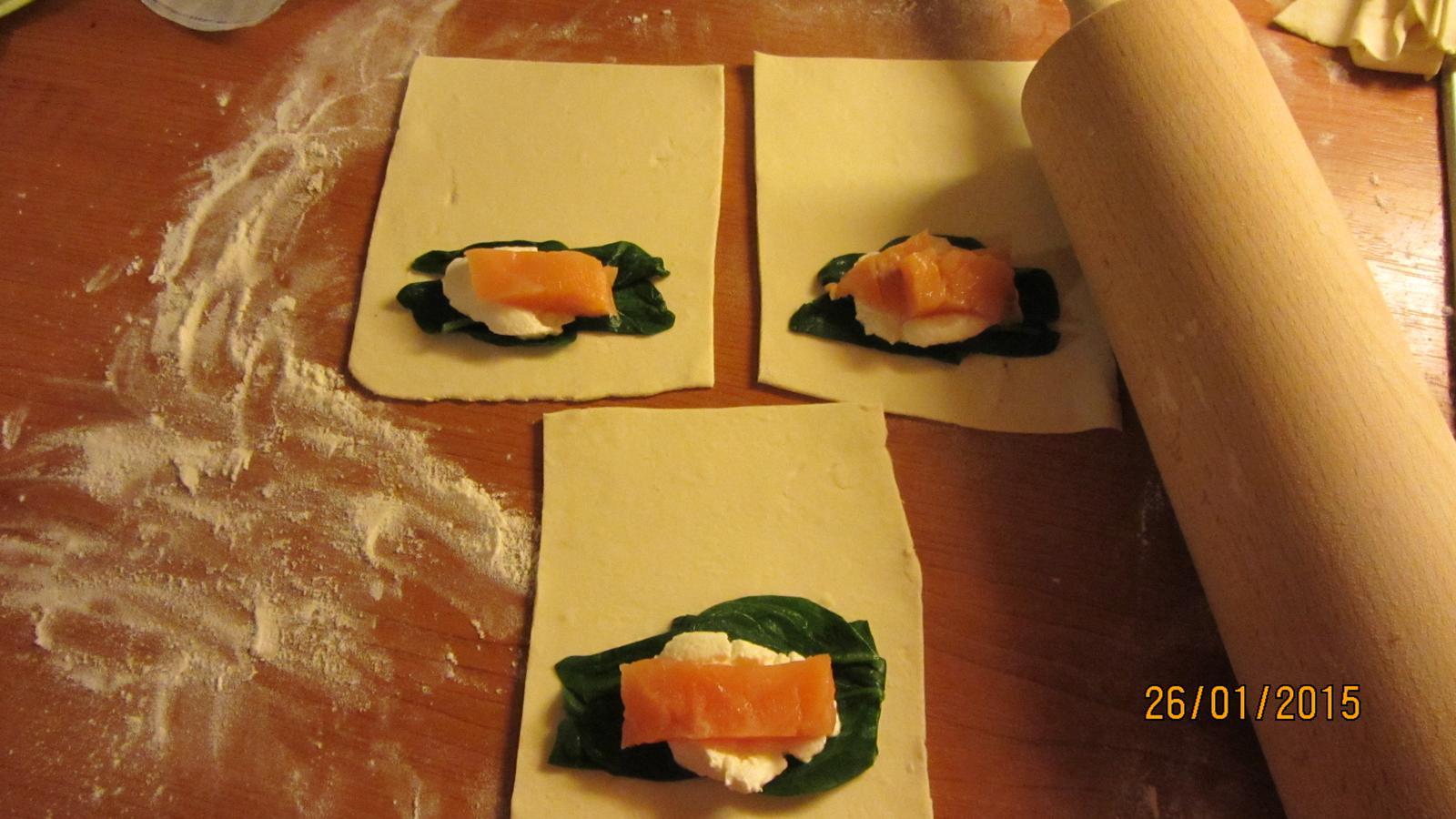 Pod pokličkou, na talíři... - taštičky s listového těsta se špenátem, ricottou a lososem