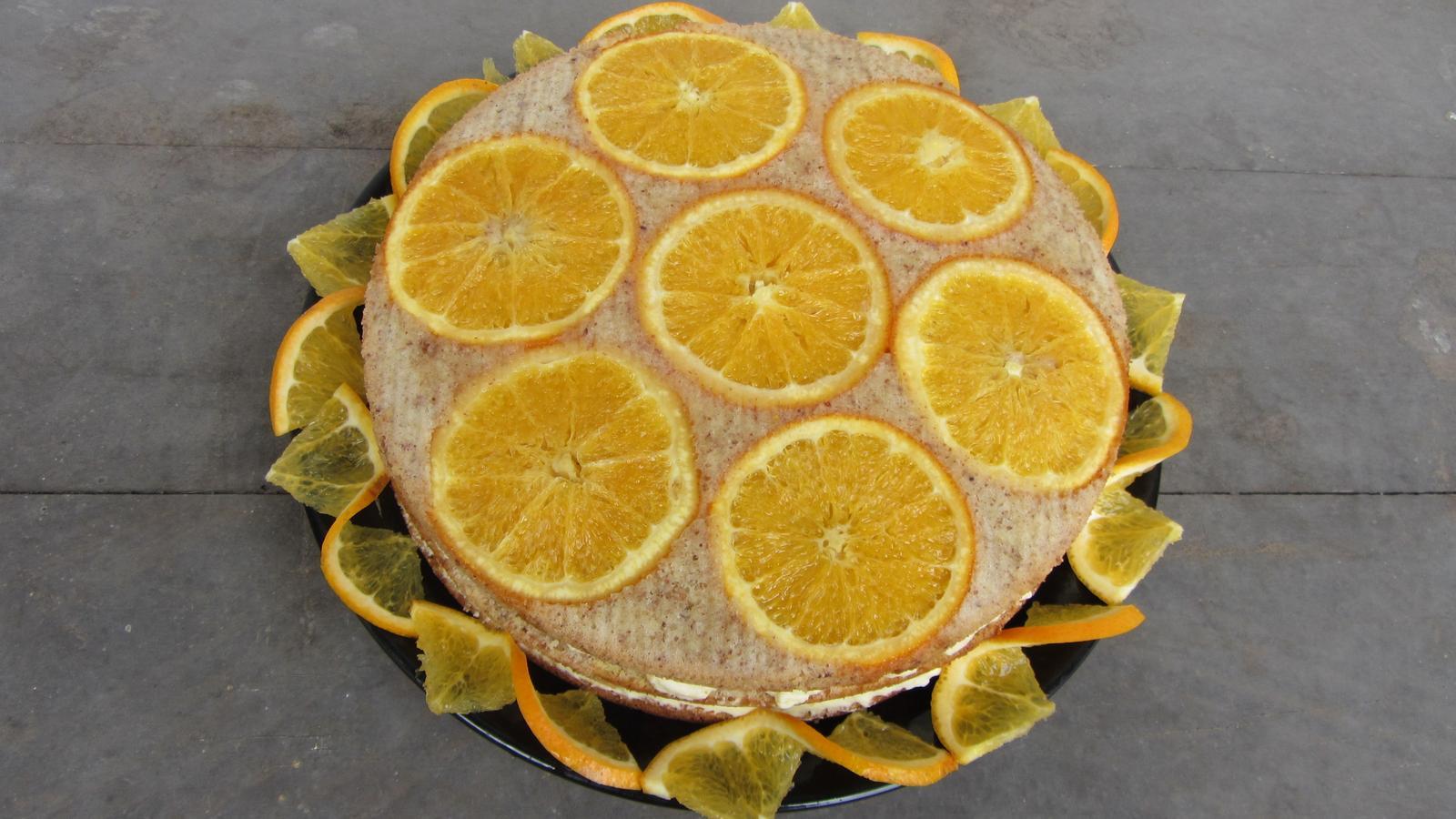 Pod pokličkou, na talíři... - pomerančový dort
