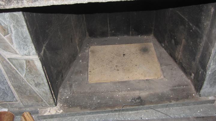 Původní rošt vyndaný a nahrazený šamotovou deskou