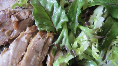 moje představa vyvážené stravy - pečený bůček a salát (trhací salát, lístky červené řepy a lístky pohanky)