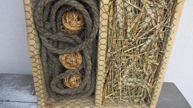 přízemí - starý provaz + klubíčka ze sisalu + pšeničná sláma s klasy