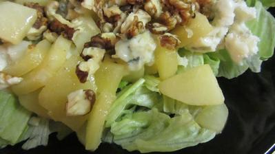 ledový salát, hrušky, gorgonzola a ořechy