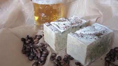 Mýdlo pro správné chlapy - pivo a káva. Rum tam přidat nešel, ale lze ho konzumovat (ten rum) během koupele :-)