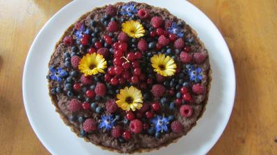 letní koláč - ořechový korpus, krém z mascarpone, čokolády a šlehačky a ovoce z lesa a zahrádky