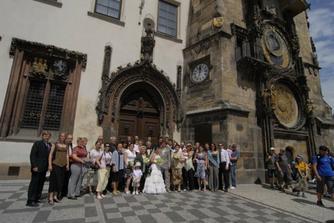 svatebčani před radnicí