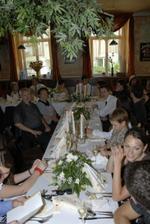 v restauraci při hostině