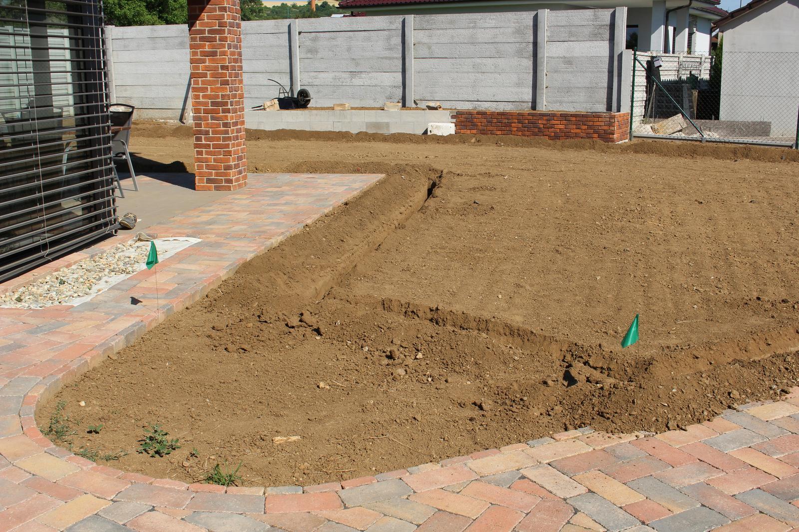 Exteriér - záhrada - Drážky na závlahu + v pozadí vyvýšený záhon obložený do polovice
