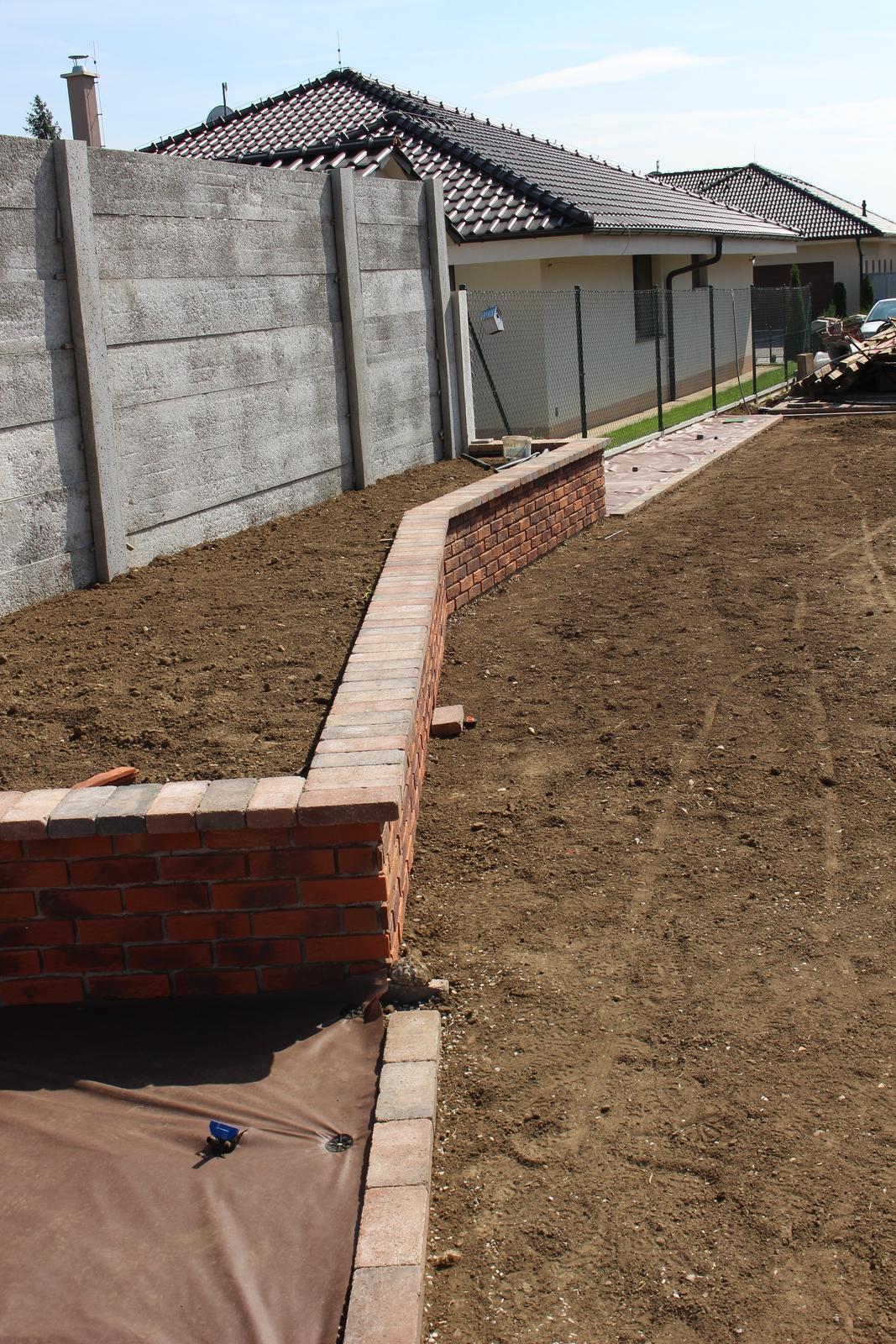 Exteriér - záhrada - ...a bude sa dať na ňom sedieť :-)