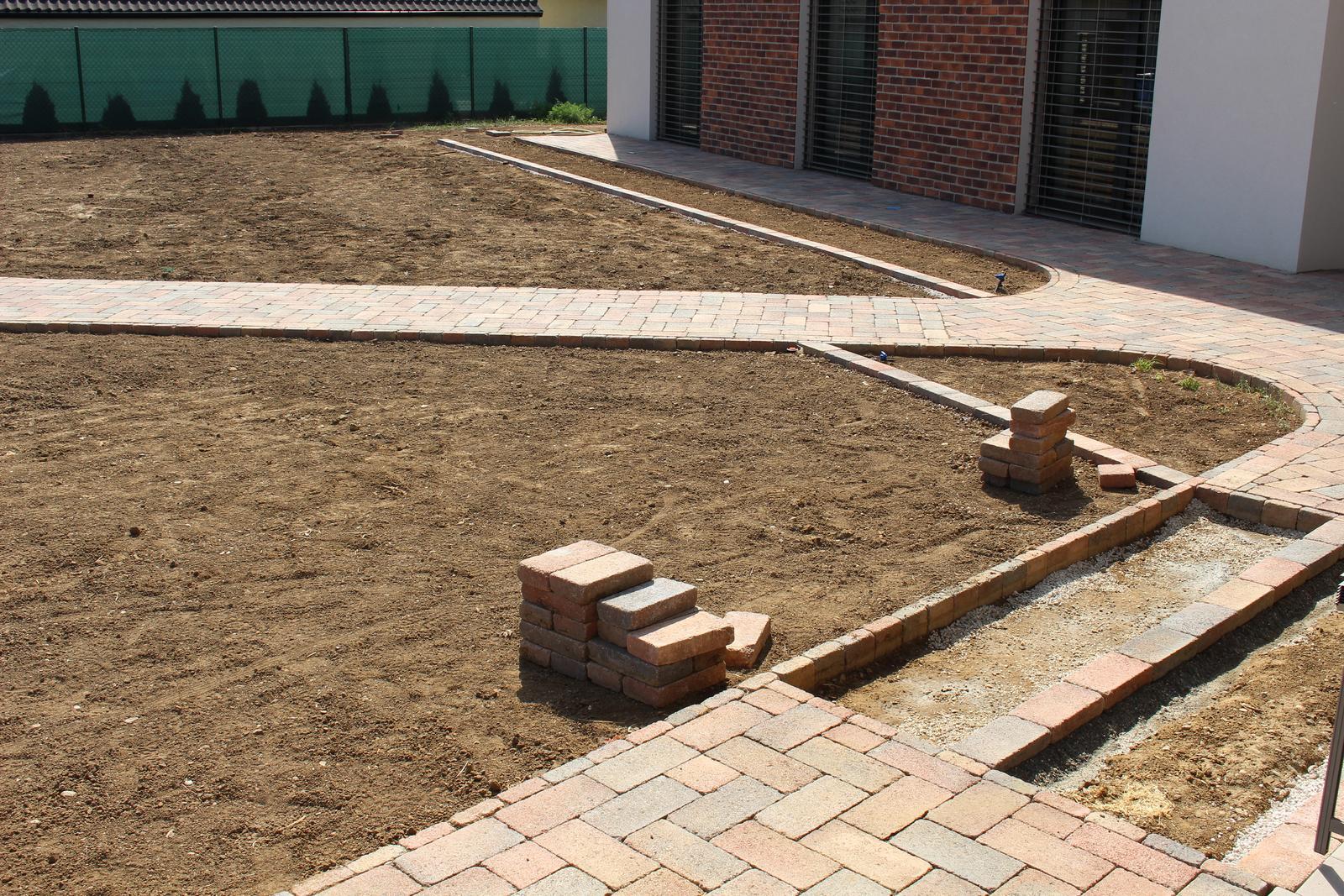 Exteriér - záhrada - A ďalšie miesto na budúce záhony + vpravo na skalničky