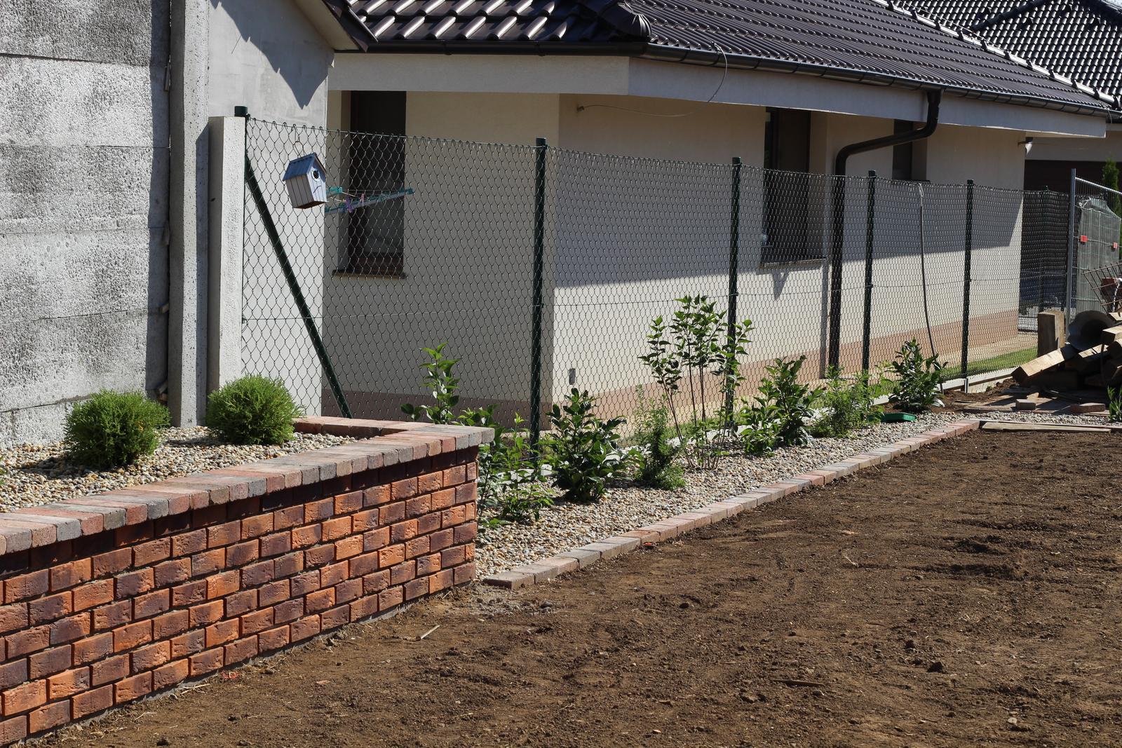 Exteriér - záhrada - Pri plote zlatý dážď, orgován, vavrínovec, tavoľník...