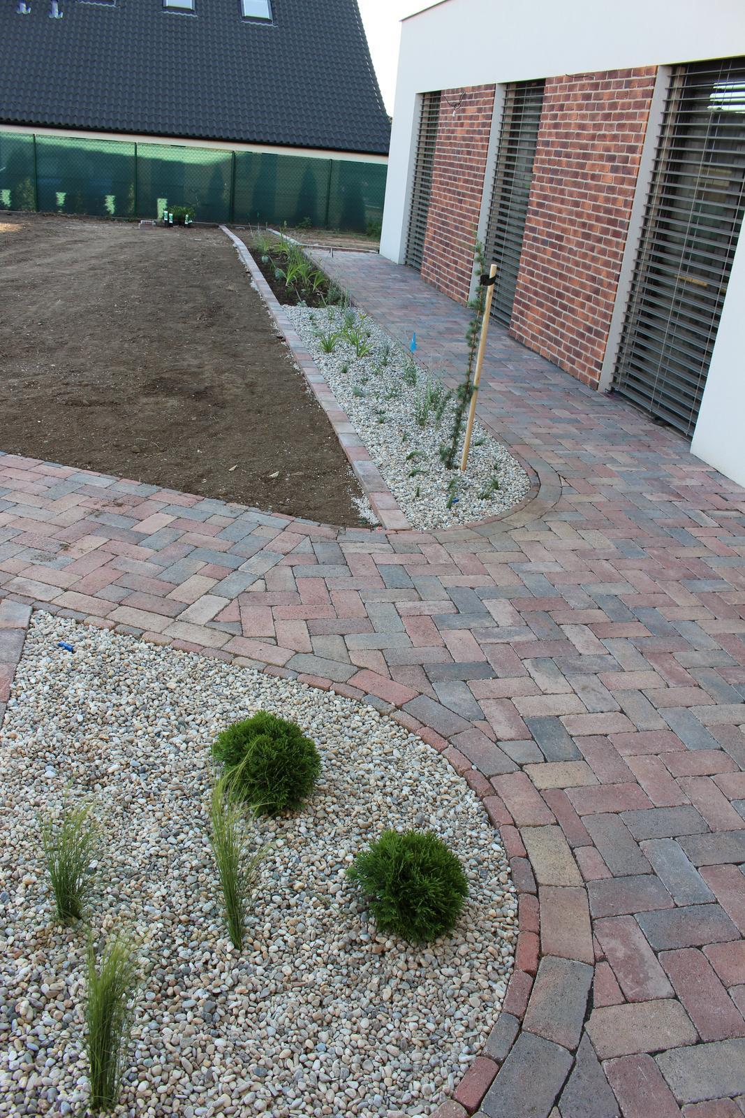 Exteriér - záhrada - Pred vchodom