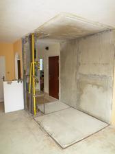 Rozobraté jadro a ostali nám len stupačky pôvodné. vidno vchodové dvere do bytu a tá stena pôvodná umakartová, kde ostal panel je susediaca so schodiskom.