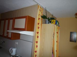 z jednej strany bytového jadra je kuchynská linka z druhej strany je jedálensky kútik