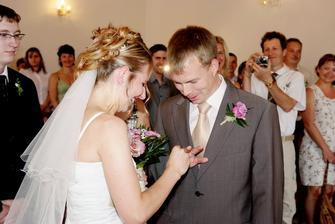 oups... jaká ruka že se to nastavuje ženichu? :-) A nevěstě je to jedno...