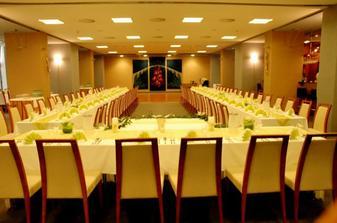 svadobné stoly pre obe naše rodinky...