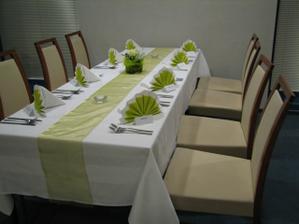 ...bocne stoly pre najblizsich priatelov a znamych...