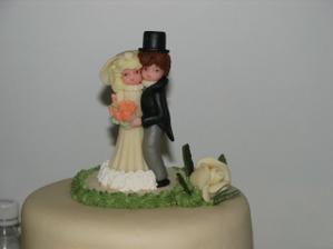 marcipánové postavicky... Ondrej ženíchovi nakoniec odhryzol klobúk, takže mama má teraz doma na pamiatku novomanželov bez klobúku...