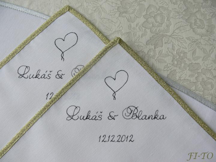 Svatební doplňky v barvě zlata - Látkové ubrousky - ručně psaný text speciálním perem na textil