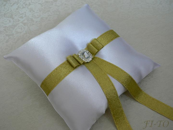 Svatební doplňky v barvě zlata - Saténový polštářek na prstýnky - zlatá stuha s výraznou broží dodává luxusní vzhled