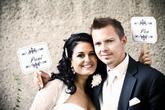 Krásná fotka novomanželů s cedulkami (děkujeme za zapůjčení fotečky na náš profil)