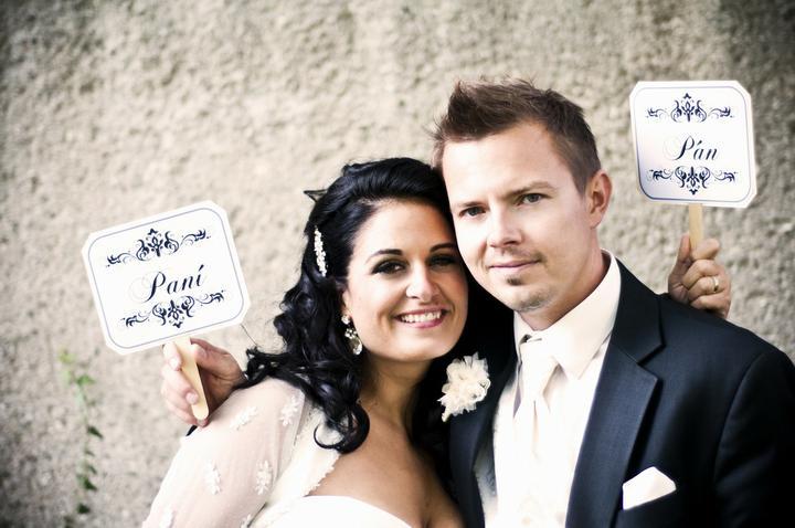 fi_to - Krásná fotka novomanželů s cedulkami (děkujeme za zapůjčení fotečky na náš profil)