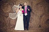 Krásná fotka novomanželů s girlandou (děkujeme za zapůjčení fotečky na náš profil)