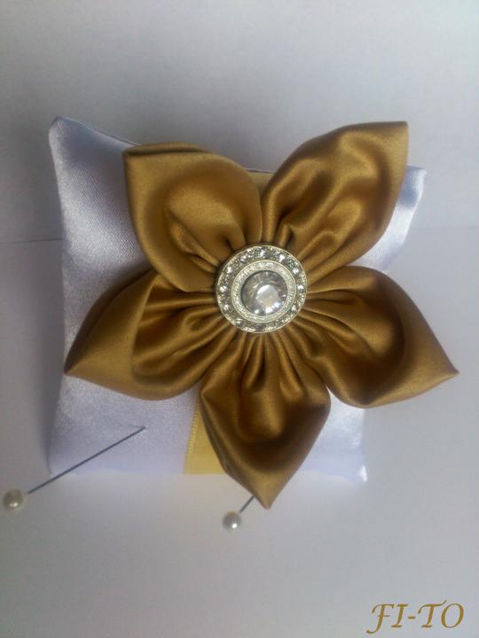 Svatební doplňky v barvě zlata - Mini polštářek na prstýnky - malý velikostí, ale účel splní na jedničku