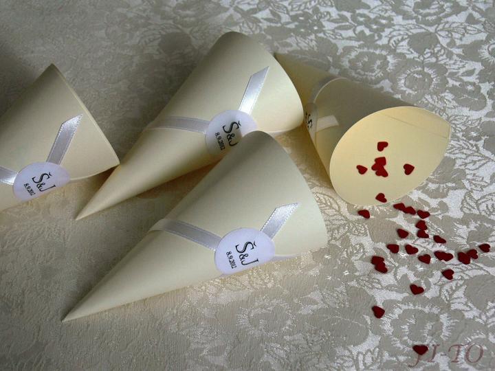 Svatební doplňky v barvě zlata - Kornoutky na rýži, cukrovinky či okvětní lístky