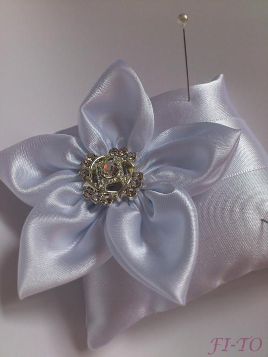Svatební doplňky v barvě bílo černé - https://www.beremese-pro.cz/shops/muj-shop/polstarky-pod-prstynky/s0nj/mini-svatba-bila/
