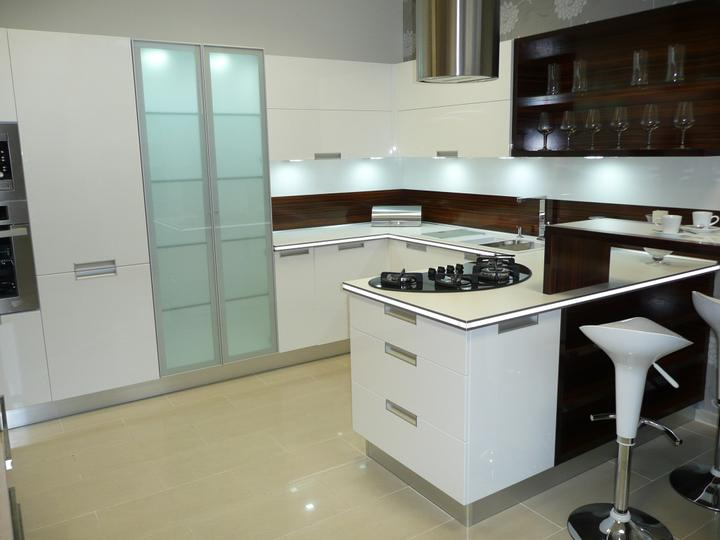 kuchyneprekazdeho - Dvierka-biela lesklá, korpus-biely+makassar lesklý