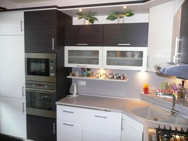 kuchyneprekazdeho - Dvierka-portuna biela+portuna čierna, korpus-hacienda biela+hacienda čierna