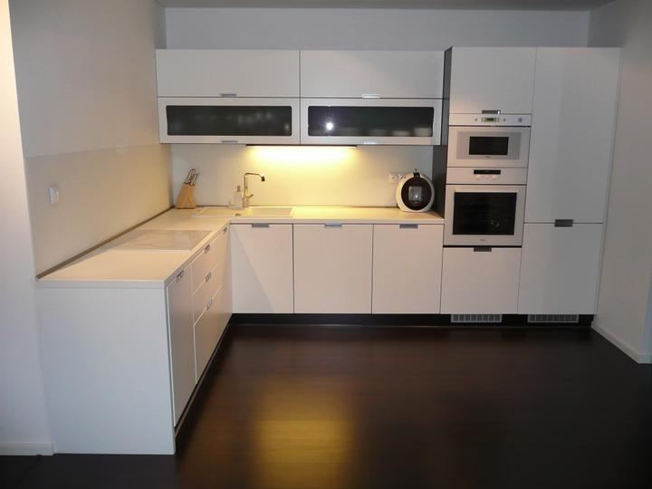 kuchyneprekazdeho - Dvierka-koženka biela, korpus-dub ferrara