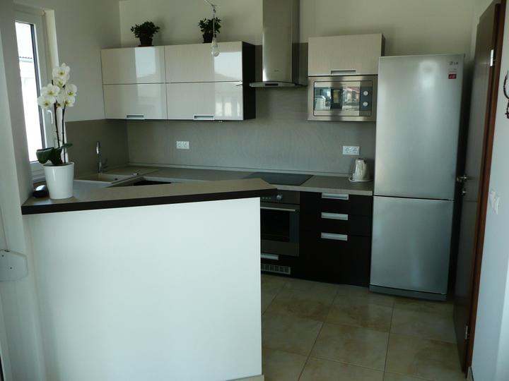 kuchyneprekazdeho - Dvierka-avola hnedá+okapa svetlá, korpus-dub ferrara