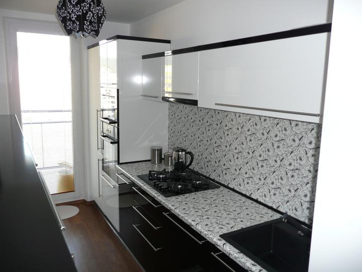 kuchyneprekazdeho - Dvierka-biela lesklá+čierna lesklá, korpus-biely