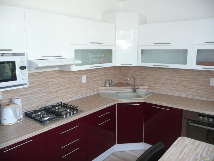 kuchyneprekazdeho - Dvierka-bordó lesk+biela lesklá, korpus-biely