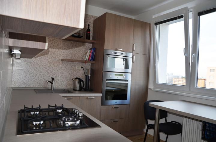 kuchyneprekazdeho - Dvierka-slonová kosť lesk+modřín crosscut, korpus-dub chateau šedý