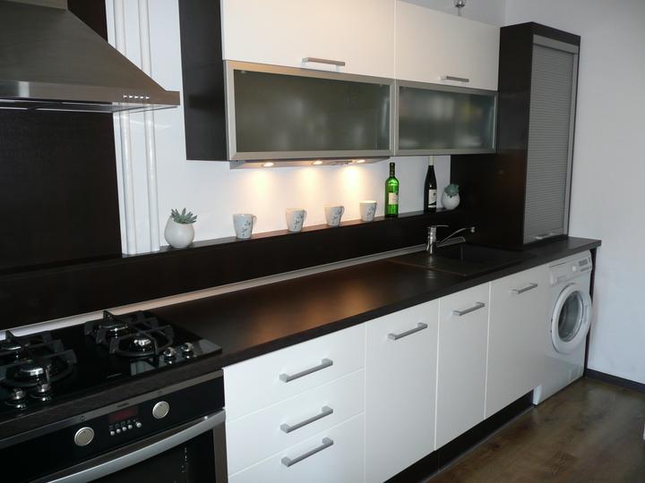 kuchyneprekazdeho - Dvierka-biela koženka, korpus-dub ferrara